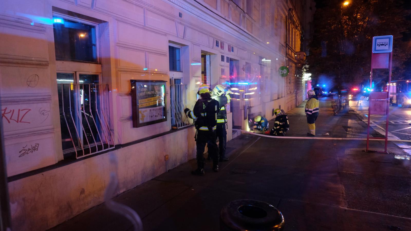 Při požáru bytu v suterénu domu došlo i k úniku plynu