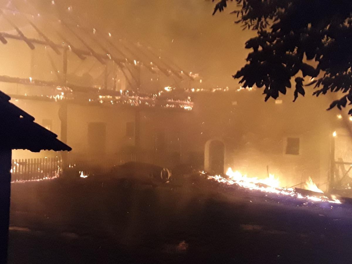 2_KVY_Požár rodinného domu a hospodářského stavení v obci Albrechtice_pohled na hořící objekt.jpg