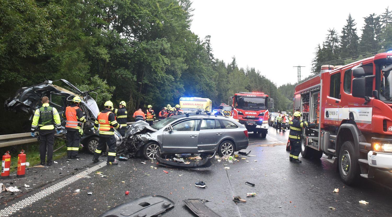 12_KVK_DN_tragická nehoda u Karlových Varů_2 zdemolovaná osobní auta a zasahující hasiči.jpg