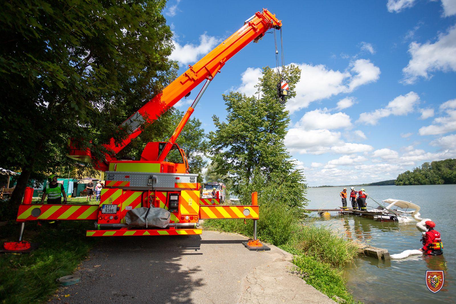 19_MSK_Hasiči vytáhli jeřábem částečně potopenou loď.jpg