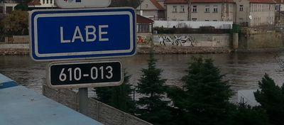Název řeky, označení mostu